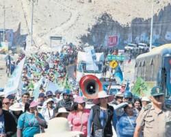 Habitantes de Islay en Arequipa bloquearon vía y marcharon en la Panamericana Sur.!!