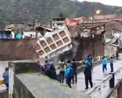 Huancavelica: Hotel de Licay colapsó tras desborde del río Sicra por fuertes lluvias.!!