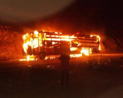 Tayacaja: 40 pasajeros salvan de morir tras incendio de ómnibus de la Empresa Warivilca.!!